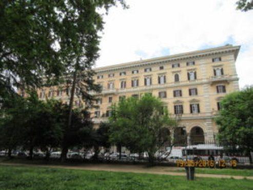 Piazza Vittorio: uno dei tipici palazzi con i portici