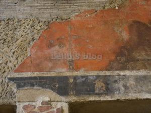 Auditorium di Mecenate: parte del fregio nero alla base delle nicchie superiori, decorato con scene dionisiache in miniatura.