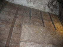 Ninfeo di Via degli Annibaldi: Muro in cemento con una parte rivestita in cortina