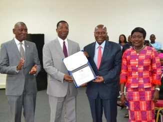 Le président sortant du comité de pilotage a présenté sa distinction à Kablan Duncan. (DR)