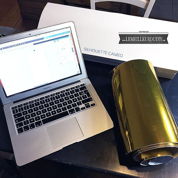 Machine de découpe silhouette Caméo 3 avec du vinyle doré et mon ordinateur