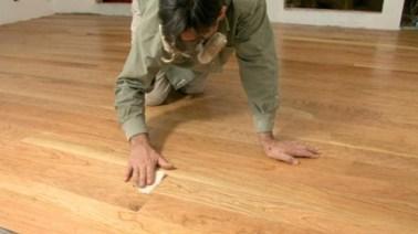 mengelem lantai kayu