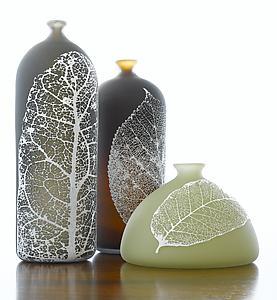 wadah dihias dengan daun kering