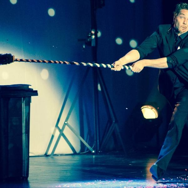 Le Monde de Félix Portrait Animations et spectacles jonglerie balais La valse des balais