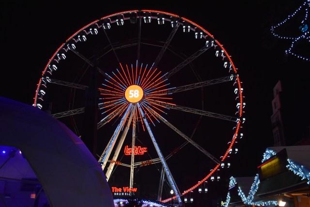 Grande roue dans le marché de Noël de Bruxelles