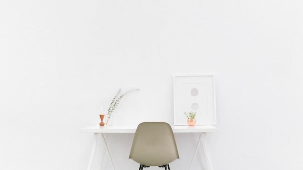 weißer Schreibtisch clean weiß aufgeräumt