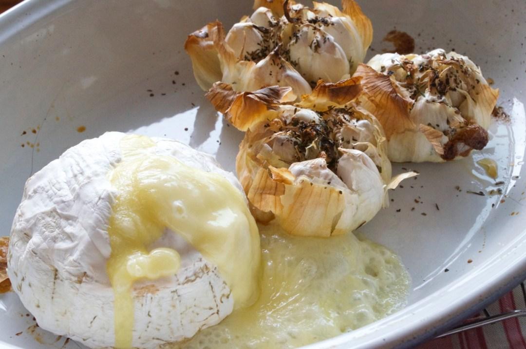 aperitivo de camembert con ajos asados