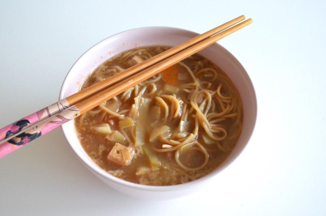 Sopa de noodles vegana