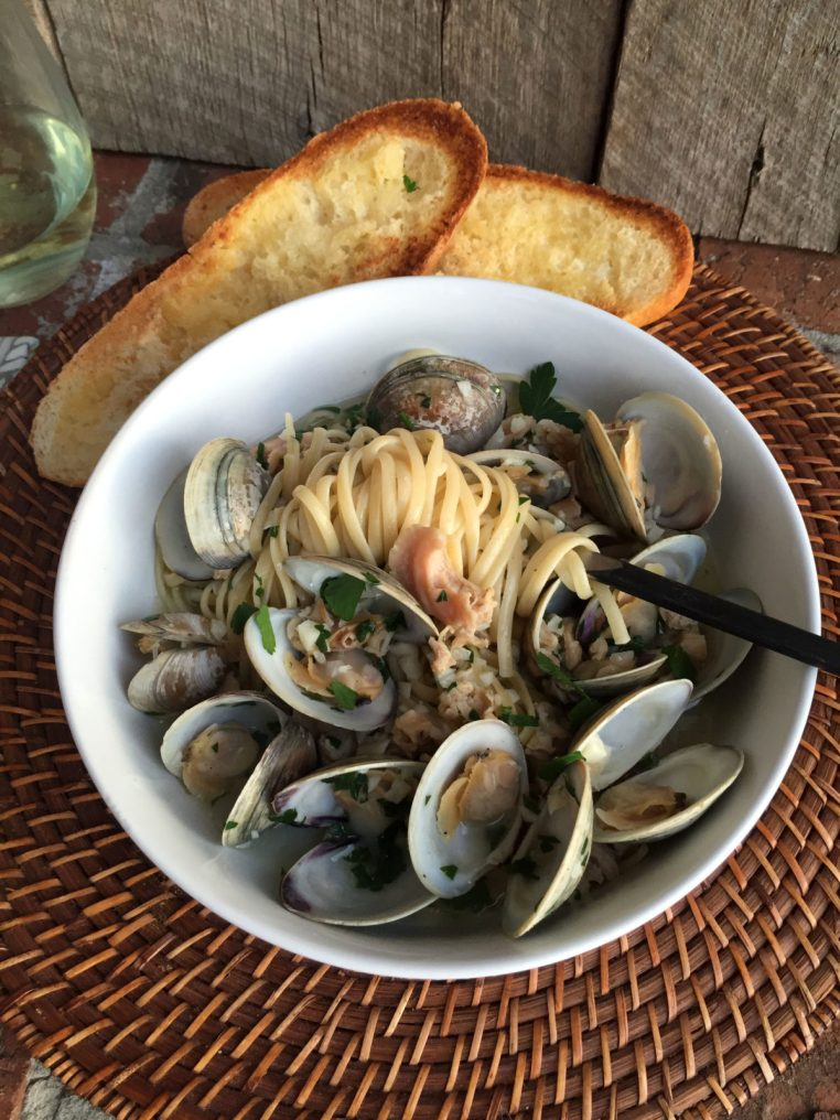 Linguine with White Clam Sauce | LemonyThyme.com