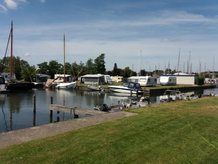 Camping Sloten aan het water, gelegen op jachthaven De Lemsterpoort.
