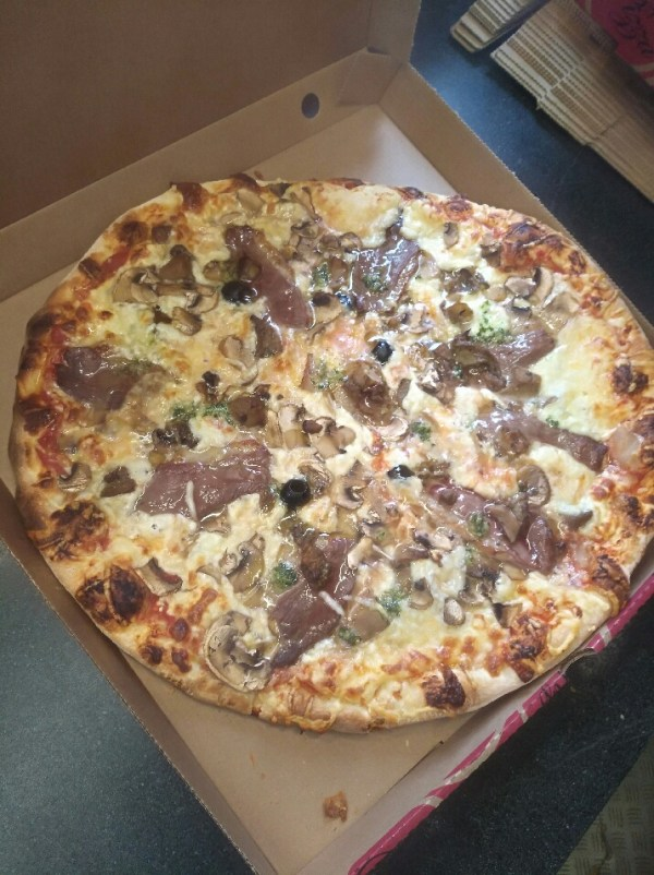 Pizza Tomate. mozza,râpé,champignons,magret,cèpes,olives
