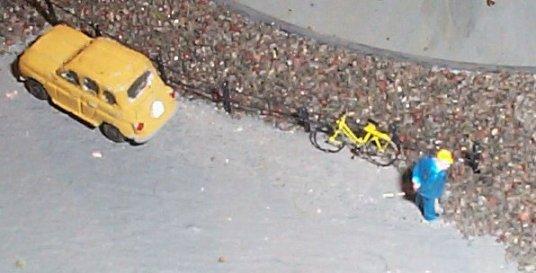Der neugierige Mann mit Fahrrad (43604 bytes)