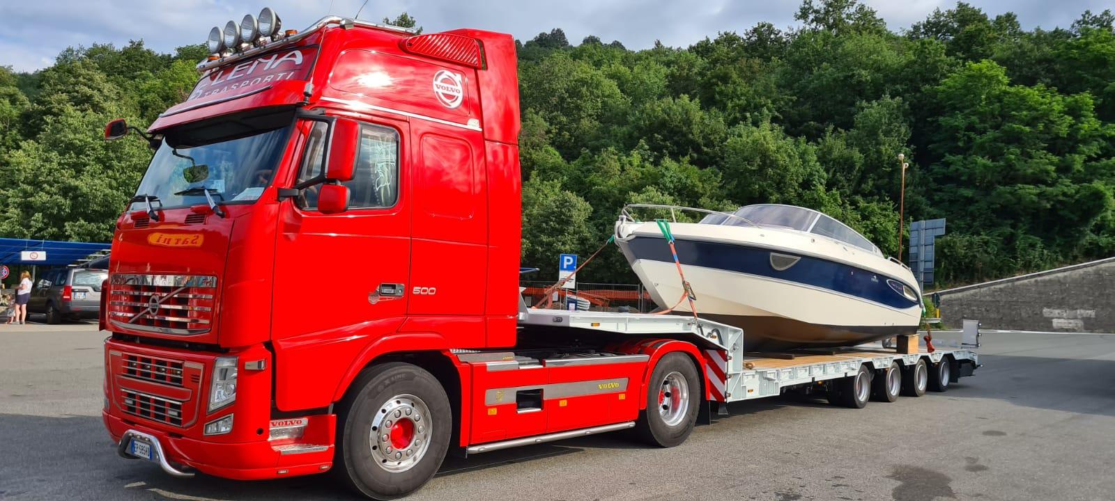 Trasporto eccezionale con collo d'oca di imbarcazioni