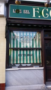 A shopwindow with a sign advertising live eels