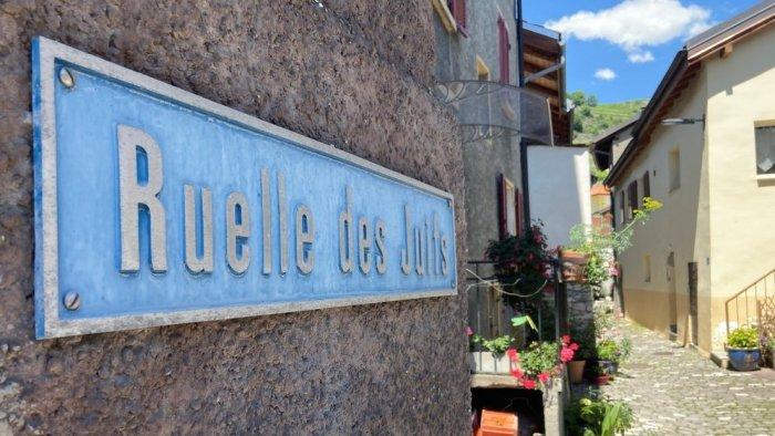 Ce panneau indiquant la ruelle des Juifs de Saint-Léonard est toujours en place. C'est celui à l'autre bout de la rue qui a été arraché par des individus en mai dernier.
