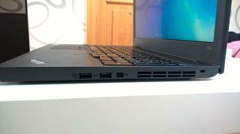 Vpravo: 2x USB 3.0 (jedno stále napájené), miniDisplayPort, zámek Kensington