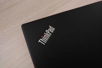 Logo s červenou diodou.