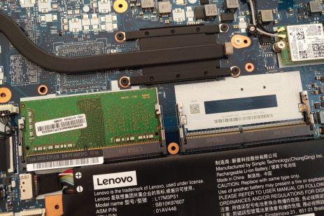 Dva sloty RAM.