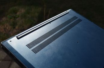 Průduchy pro nasávání vzduchu.