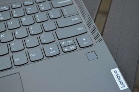 Čtečka otisku prstu se nachází po pravé straně pod klávesnicí.