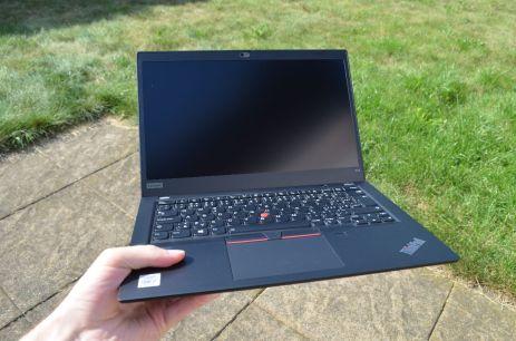 Tahání za roh notebooku nedělá velké problémy.