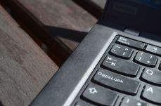 Na ploše vedle klávesnice se budou tvořit otlaky od rámečku obrazovky.