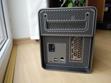 Konektorová výbava boxu Lenovo Bootstation.