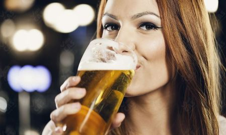 Žena s pivom na plese?