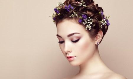 """Poznáte to. Žehlička na vlasy dnes nechýba skoro žiadnej žene, ktorá chce vyzerať krásne s pekne upravenými rovnými či vlnitými vlasmi. Keďže vlasy sú korunou našej krásy, nechceme, aby sa nám častým žehlením zničili. Je teda správne žehliť si vlasy? Alebo ako by mal vyzerať správny postup pri žehlení našej """"korunky""""? Prvou základnou vecou, ktorú by sme mali spraviť ešte pred žehlením je naniesť ochranný sprej, ktorý nájdeme v hociktorej drogérií. Ochranný sprej vaše vlasy ochráni pred zvýšenou tepelnou úpravou. Ďalším krokom je, aby ste sa uistili, že vaše vlasy sú dobre vysušené, pretože tým, že vaše vlasy začnete žehliť a počujete syčanie alebo stúpajúcu paru, to je ten signál, kedy vaše vlasy trpia a ničia sa. Preto sa vždy uistite, že vaše vlasy sú pripravené na žehlenie. Podobnou chybou je, ak si nanesiete nejaký prípravok na lesk vlasou ešte pred žehlením vlasov. Preto najprv vyžehliť, až potom nakoniec zafixovať rôznymi prípravkami, ktoré oživia vašu hrivu. Jednou z posledných, avšak nie nezanedbateľných vecí je, keď zabudnete na to, že príliš vysoká teplota, ktorú si na žehličke nastavíte, tiež nepomôže vaším vlasom k tomu, aby ste ich mali krásne ešte dlhé roky. Príliš vysoká teplota, možno hovoriť okolo 200 stupňoch vie naše vlasy natoľko vysušiť a zničiť, že budú potrebovať dobrú regeneráciu a starostlivosť. Naopak, nie je vhodná ani príliš nízka teplota. Tým, že si nastavíme teplotu okolo 150-160 stupňoch v celziách spôsobíme to, že jednotlivé pramienky našich vlasov budeme musieť viackrát prežehliť. Ideálnou variantou je, zlatí stredná cesta, ak si zvolíme takých 180 stupňoch a predídeme spáleniu aj rýchlejšiemu vyžehleniu vlasov. Samozrejme, nezabúdajme, že každodenné žehlenie naše vlasy ničí a my o pár mesiacov zistíme, že naše vlasy sú mdlé, riedke a vysušené. Preto čo najmenej budeme naše vlasy žehliť, tým to bude pre naše vlasy lepšie a budú krásne a zdravé aj o niekoľko rokov. Nezabúdajme, že práve vlasy sú to, čo si ľudia všimnú ako prvé."""
