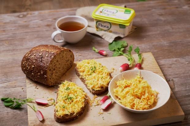 Tip na skvelú rastlinnú večeru: Celozrnný chlieb so zelerovo-mrkvovou nátierkou  Ingrediencie na 1 porciu:  80 g celozrnného chleba 1/2 zeleru 1 menšia mrkva soľ, citrónová šťava a petržlenová vňať podľa chuti 10 g Flora Original  Postup:  Najemno nastrúhame zeler a mrkvu, trošku osolíme, pridáme citrónovú šťavu a zmiešame s Florou Original. Ozdobíme petržlenovou vňaťou a podávame s celozrnným chlebom.