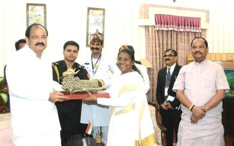 Governor droupadi murmu presented momentum to vice president.