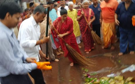 Chief secretary rajbala verma cleaned the campus of Baba Mandir