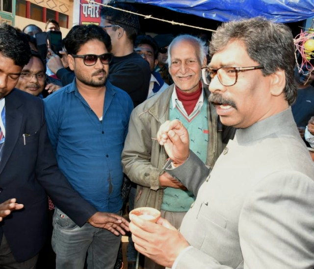 Dumka : cm Jharkhand enjoyed khulahad tea in dumka