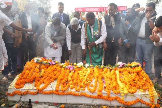 Cm Jharkhand, hemant soren paid tribute to the martyrs of kharsawa