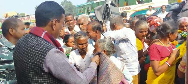 Member of parliament, sanjay seth visited ichagarh vidhansabha : distributed blankets between needy.