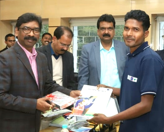 Cm Jharkhand hemant Soren gave appointment letter to 20 students of kalyan gurukul