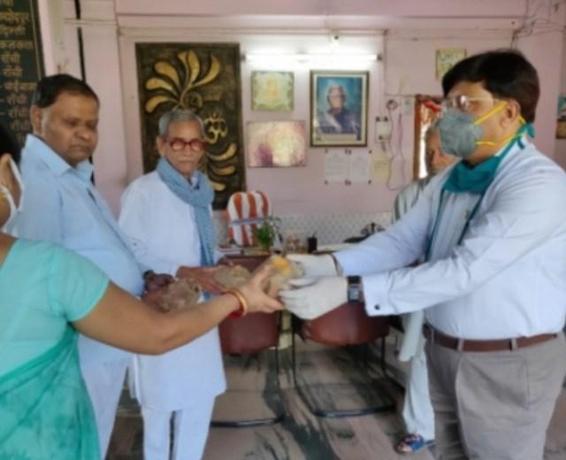 Distribution of biscuit packets to senior citizen by jain samaj in bhagwan mahavir medica
