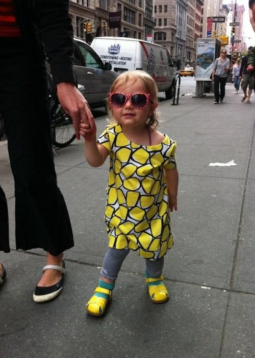 Menina com óculos e estilo