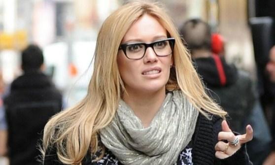 Hillary Duff de óculos de grau