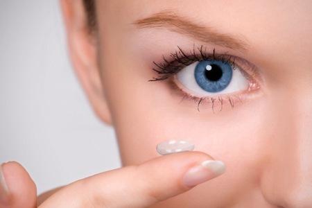 Como tirar lente de contato grudada no olho    Lentes e Óculos Viallure 0a8f2b33d1