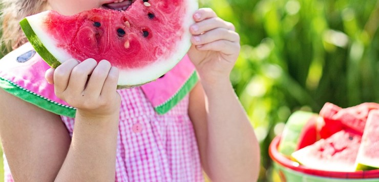 Alimentazione estiva sana e golosa per i bambini: cosa non può mancare