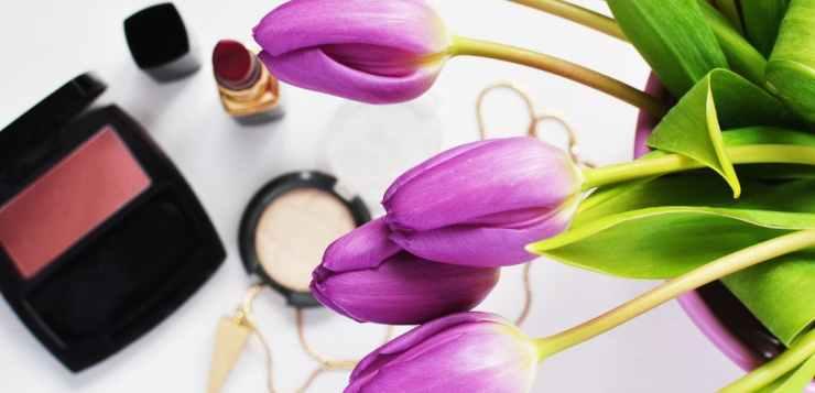 La skin care routine per una pelle del viso giovane e luminosa