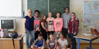Jugendmanagerin Valerie Böckel (li.) und BBO-Koordinatorin Bianca Klapfer (re.) mit Workshopleiter Markus Plasencia und teilnehmenden Schülern.