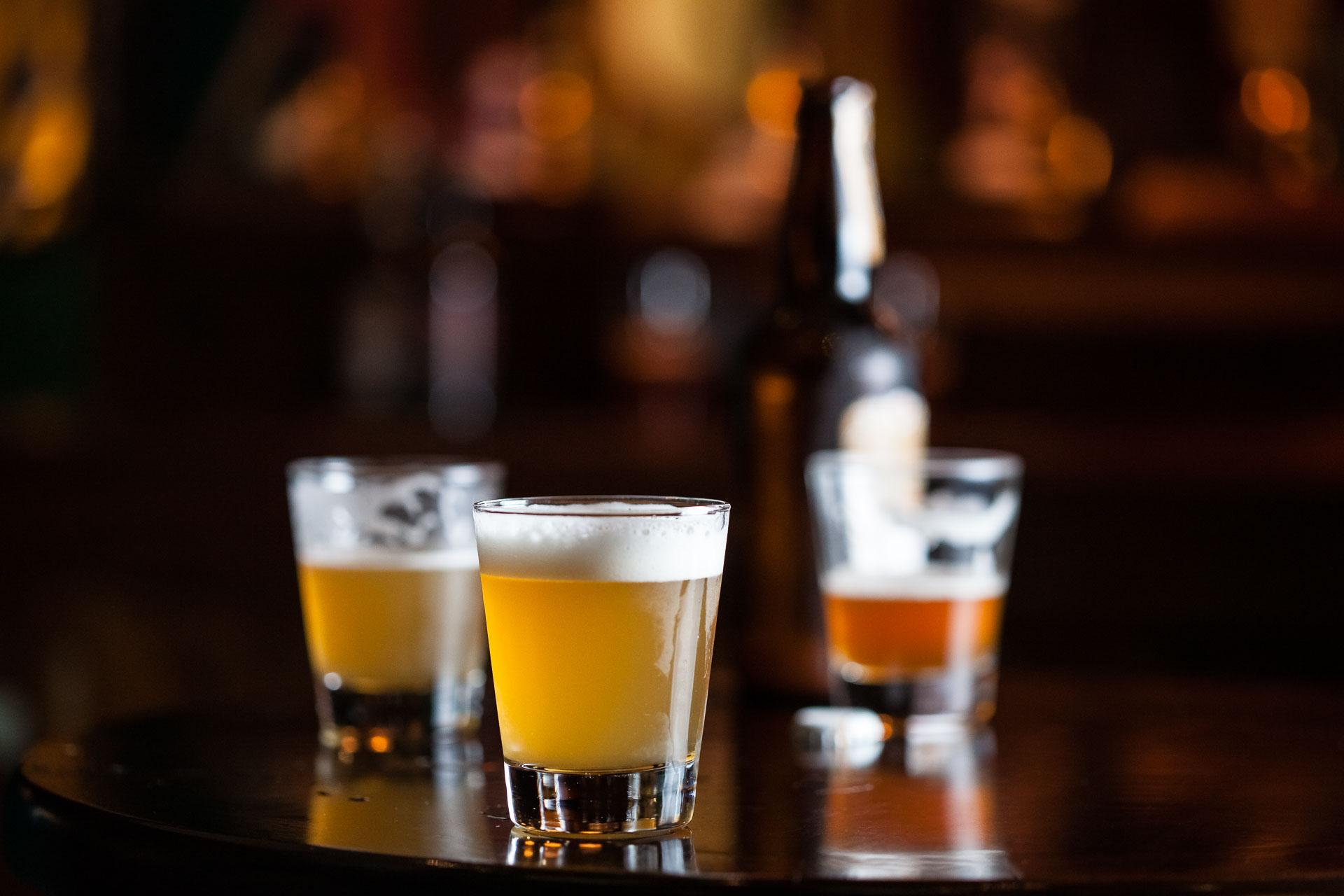 Cervejas servidas em uma mesa de bar