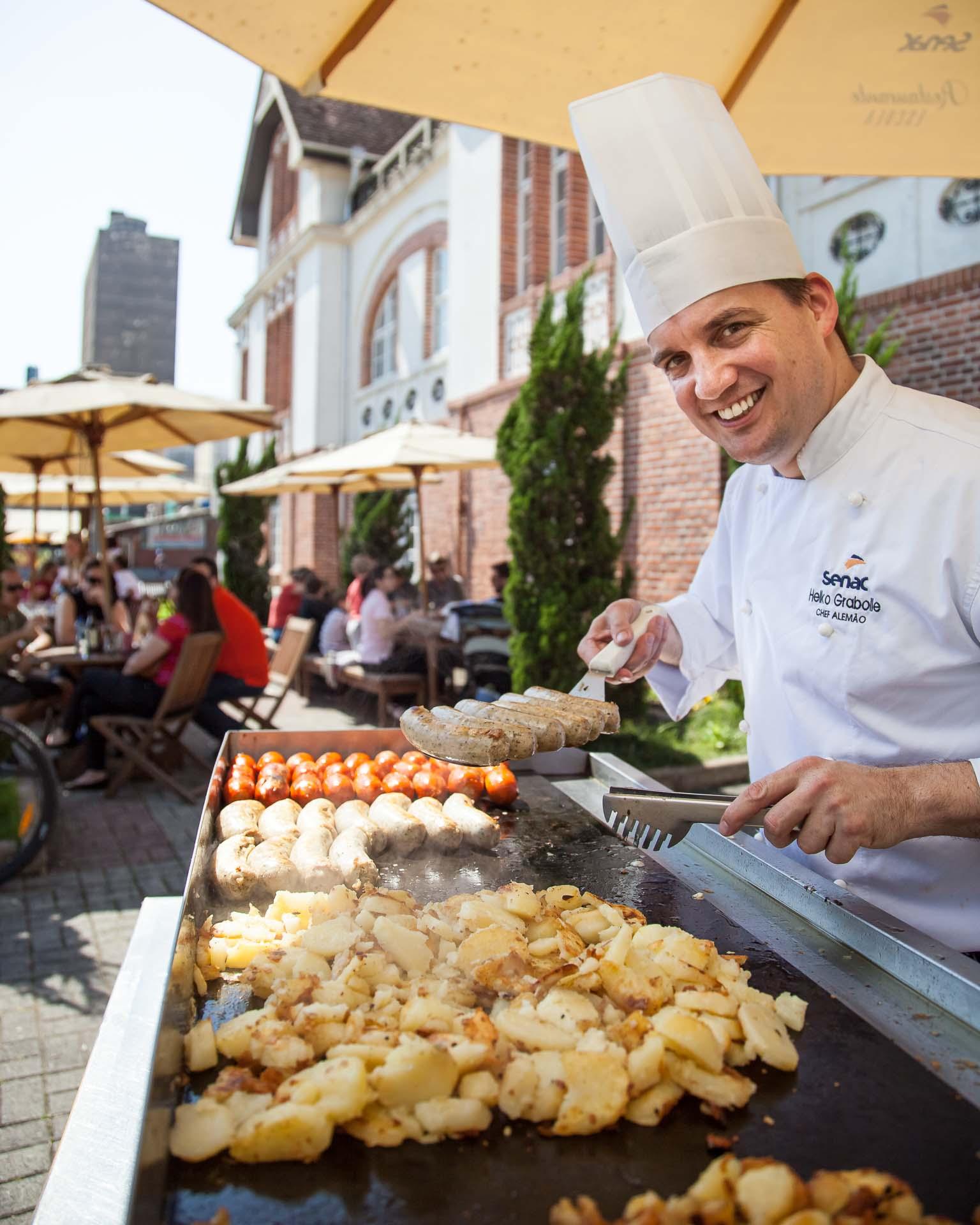 Chef Heiko Grabolle prepara comida típica germânica no Senac Blumengarten, em Blumenau