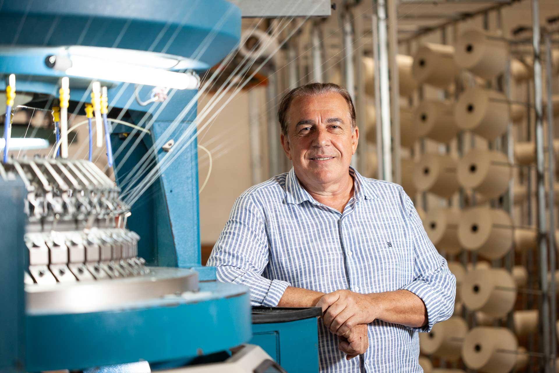Retrato do fundador da Fakini Malhas com máquina de tear, em Pomerode