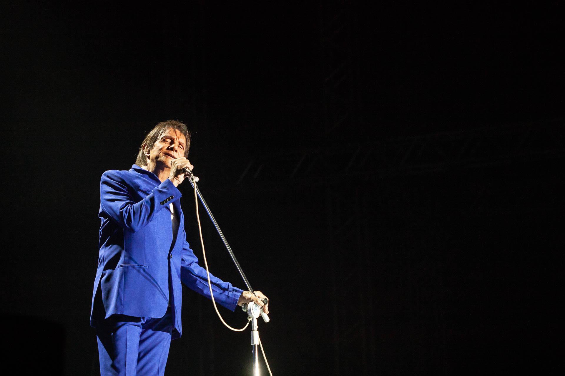 O cantor Roberto Carlos no palco montado na Vila Germânica, em Blumenau, para show em 2019