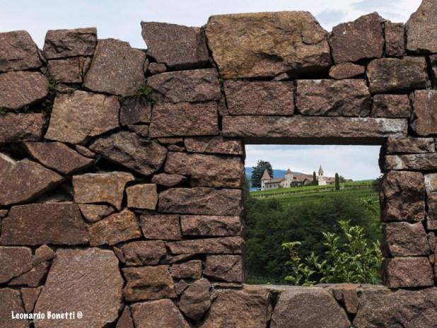 Il paesaggio naturale visto da una finestra in pietra