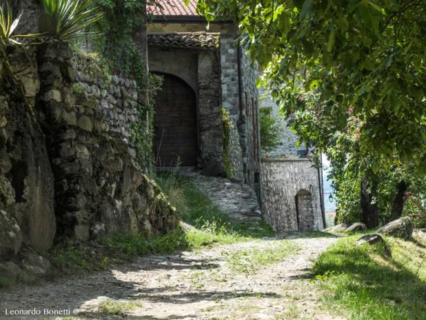 Borgo in pietra seguito da antica strada in ciottolato