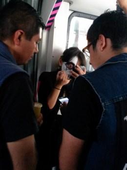 Maquillándose de catrina en el metro